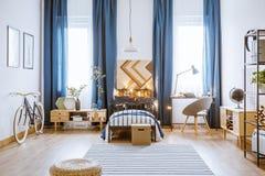 Luces en cama en dormitorio Imágenes de archivo libres de regalías