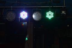 Luces en diversas formas y colores en una etapa de la roca para la música en directo en un club nocturno imágenes de archivo libres de regalías