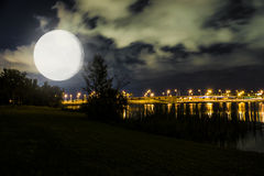 Luces en el lago Imagenes de archivo