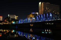 Luces en el puente adentro en el centro de la ciudad Imagenes de archivo