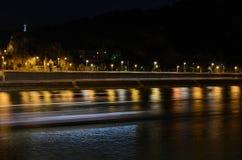 Luces en el río Danubio en Budapest, Hungría imagenes de archivo