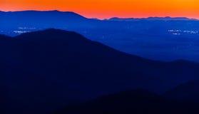 Luces en el Shenandoah Valley visto después de puesta del sol de la cumbre de Blackrock en el parque nacional de Shenandoah Imagen de archivo libre de regalías
