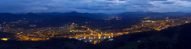 Luces en la noche en Renteria, Pasajes y San Sebastián Imágenes de archivo libres de regalías