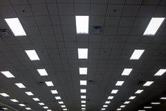 Luces en larga cola en el techo del pasillo Imagen de archivo libre de regalías