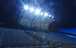Luces en los soportes con pequeña noche del estadio de las sillas, sitios vacíos Fotos de archivo libres de regalías