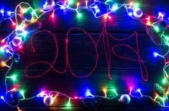 2017 luces en un fondo de madera oscuro Foto de archivo libre de regalías
