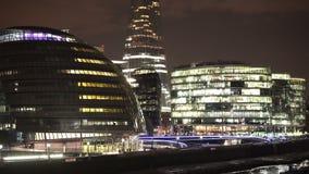 Luces fantásticas de la ciudad más orilla y ayuntamiento de Londres almacen de metraje de vídeo