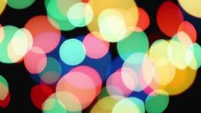 Luces festivas del bokeh defocused colorido hermoso como fondo abstracto de la celebración del día de fiesta almacen de video