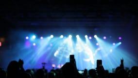 Luces frías hermosas del estroboscópico en un concierto de la música almacen de metraje de vídeo