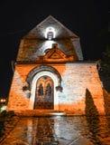Luces hermosas antiguas de la iglesia y de la noche Imágenes de archivo libres de regalías