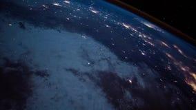 Luces hermosas de la noche en superficie de tierra del planeta en vuelo futurista del globo de la astronomía de la órbita stock de ilustración