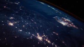 Luces hermosas de la noche en superficie de tierra del planeta en vuelo futurista del globo de la astronomía de la órbita libre illustration