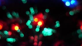 Luces hermosas Defocused en un árbol de navidad almacen de video
