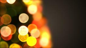 Luces hermosas del árbol de navidad del primer que oscilan y que dan vuelta en la falta de definición Bokeh Animación colocada 3D almacen de metraje de vídeo