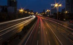 Luces largas del coche de la carretera de la exposición en la noche Fotos de archivo libres de regalías
