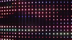 Luces LED multicoloras que iluminan en el equalizador audio profesional, club nocturno almacen de video