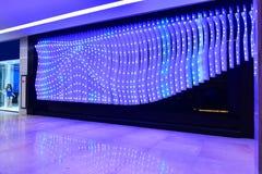 Luces llevadas adornadas en la pared exterior del edificio Fotos de archivo