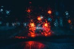 Luces mojadas borrosas del coche desde adentro de un coche foto de archivo libre de regalías