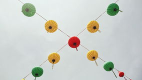 Luces multicoloras que cuelgan en las calles de Nha Trang almacen de video
