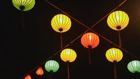 Luces nacionales vietnamitas ardientes en las calles de Nha Trang Vietnam almacen de metraje de vídeo