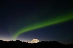 Luces norteñas con la Luna Llena Imagen de archivo libre de regalías