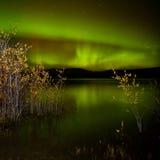 Luces norteñas reflejadas en el lago Imagen de archivo libre de regalías