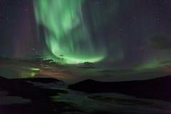 Luces norteñas sobre los cráteres en Islandia fotos de archivo
