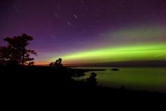 Luces norteñas y Startrails en la puesta del sol Imágenes de archivo libres de regalías