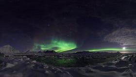 Luces norteñas sobre el fiordo congelado - PANORAMA Foto de archivo libre de regalías