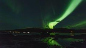 Luces polares (aurora borealis) en un fiordo en Noruega almacen de metraje de vídeo