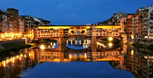 Luces por noche, Italia de la ciudad de Florencia Imagen de archivo libre de regalías