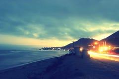 Luces principales de la playa y del coche del océano Imagen de archivo libre de regalías