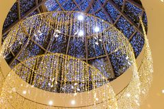 Luces que brillan intensamente festivas que cuelgan la decoración imagen de archivo