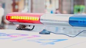 Luces que destellan azules y rojas en la calle de la ciudad, primer de la polic?a Luces de emergencia del coche polic?a que deste almacen de video