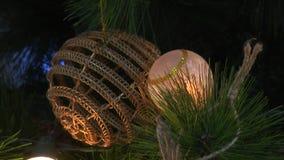 Luces que destellan en el árbol de navidad almacen de video