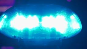 Luces que destellan encima de un coche policía almacen de video