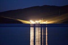 Luces que reflejan en el lago en la noche Imágenes de archivo libres de regalías