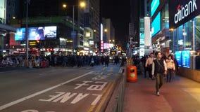 Luces, tr?fico y gente de la ciudad de Hong Kong en la noche almacen de metraje de vídeo
