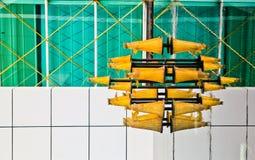 Luces triangulares que reflejan en el agua, arquitectura urbana abstracta Fotografía de archivo libre de regalías