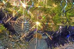 Luces y bolas del árbol de navidad del oro y de la plata Foto de archivo libre de regalías