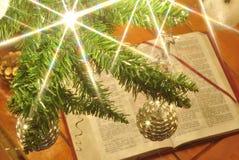 Luces y bolas del árbol de navidad del oro y de la plata Fotos de archivo libres de regalías