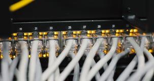 Luces y conexiones en el servidor de red medios convertidores de la red e interruptores cargados de Ethernet metrajes