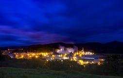 Luces y fábrica en la noche Imágenes de archivo libres de regalías