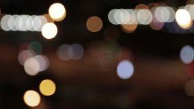 Luces y linternas de coches en la calle la tarde La ciudad en la noche, coches, luces, luces en la falta de definición almacen de video