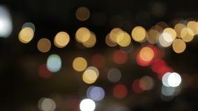 Luces y linternas de coches en la calle la tarde La ciudad en la noche, coches, luces, luces en la falta de definición metrajes