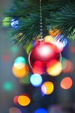 Luces y ornamento del árbol de navidad imagenes de archivo