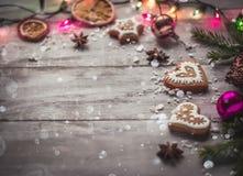 Luces y pan de jengibre del fondo de la Navidad Fotos de archivo libres de regalías