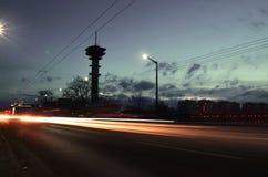 Luces y puesta del sol del coche en ciudad europea Imagen de archivo