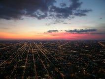 Luces y puesta del sol de la ciudad de Chicago Foto de archivo