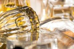Luces y reflexiones de los colores en botellas de perfume Fotografía de archivo